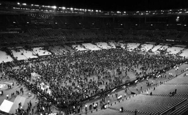 Source: The Guardian. Les 70 000 spectateurs amassés sur la pelouse, à l'abri des attentats qui ont eu lieu à Paris.