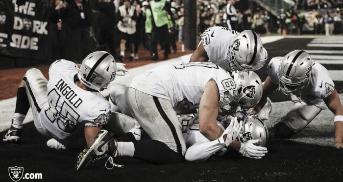 La ofensiva de los Raiders festejando el TD de Jacobs (Raiders.com)