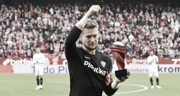 Tomas Vaclik con el premio a Mejor Jugador de La Liga Santander en el mes de noviembre de 2018 | Foto: Sevilla Fc