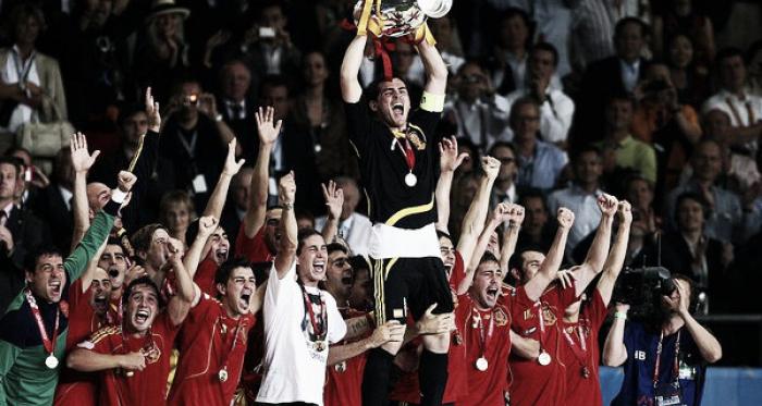Iker Casillas levanta el trofeo de la Eurocopa de 2008. Foto: UEFA