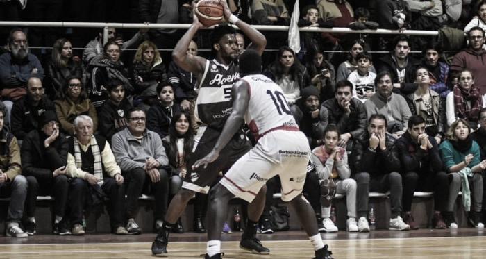 El duelo estadounidense que mantuvo en vilo al público durante toda la jornada: Cedric Blossom vs. James Cambronee. Fuente: @basquetplatense.