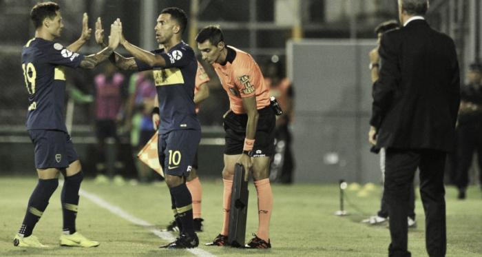 ¡Choquen los diez! Afuera Zárate, adentro Tévez, que hoy fue suplente. Alfaro observa. Foto: Prensa CABJ.