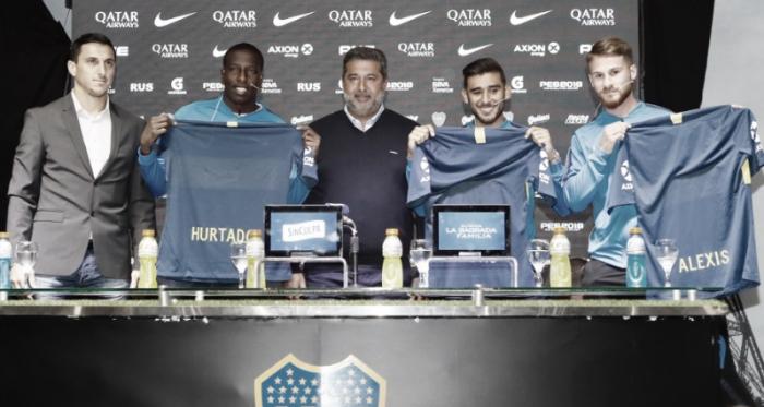 De izquierda a derecha: Nicolás Burdisso (mánager de Boca), Jan Carlos Hurtado (delantero), Daniel Angelici (presidente de Boca), Eduardo Salvio (volante) y Alexis Mac Allister (volante). Foto: Prensa CABJ.