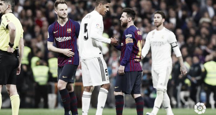 Varane saluda a Messi en el Clásico de Liga. Foto: Liga Santander.