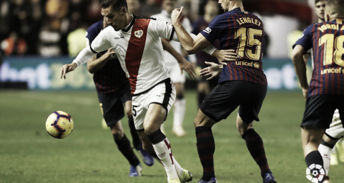 Álex Alegría tratando de llevarse un balón   Fotografía: La Liga