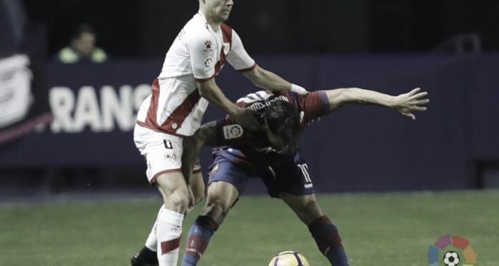 Álex Moreno forcejeando por un balón   Fotografía: La Liga