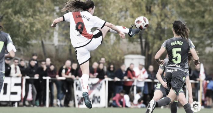 Ángeles tratando de llevarse el esférico | Fotografía: La Liga