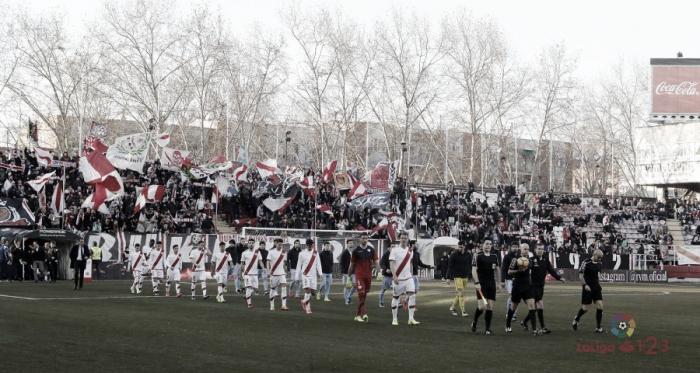Jugadores de Rayo y Mirandés saltando al césped | Fotografía: La Liga