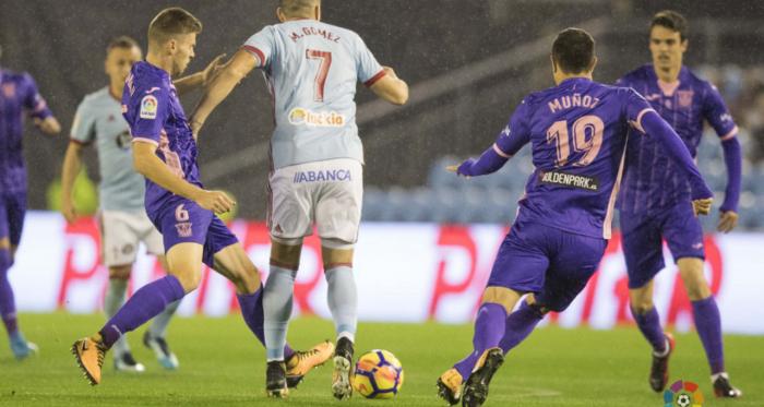 Maxi Gómez tratando de llevarse un balón frente a la zaga 'pepinera' en el Celta-Leganés de la pasada temporada | Foto: LaLiga Santander