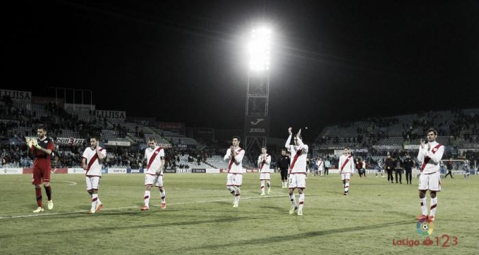 Jugadores del Rayo Vallecano aplaudiendo a la afición | Fotografía: La Liga