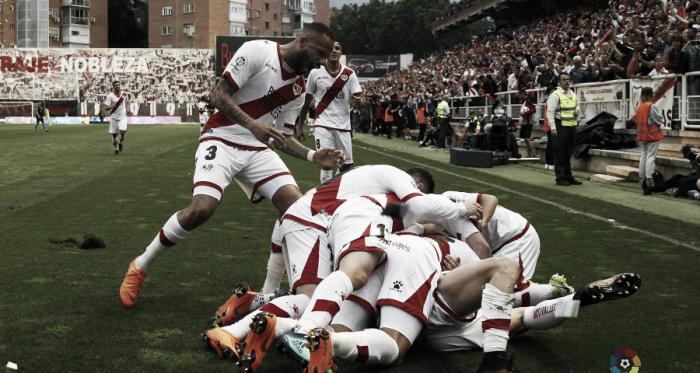 Jugadores del Rayo Vallecano celebrando el gol del ascenso | Fotografía: La Liga