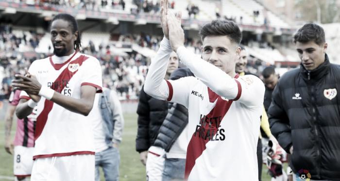 Álex Moreno aplaudiendo a la afición | Fotografía: La Liga