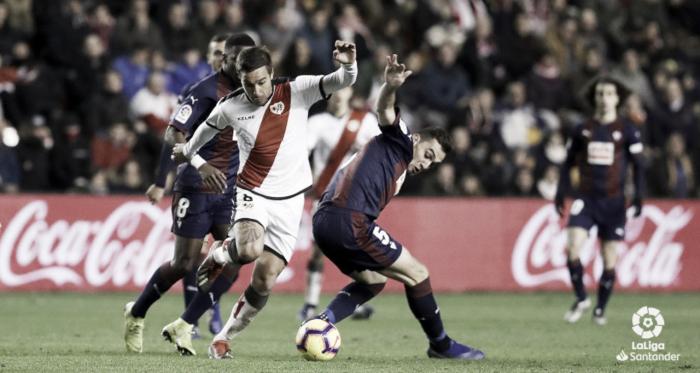 Trejo tratando de irse de dos rivales | Fotografía: La Liga