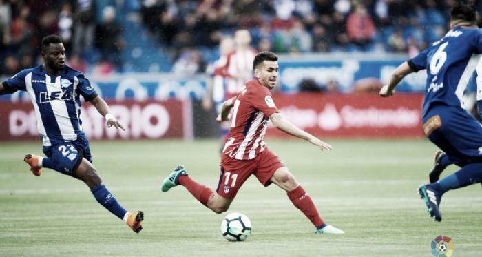 Wakaso persigue a Correa en un Alavés - Atlético de Madrid. / Foto: LaLiga