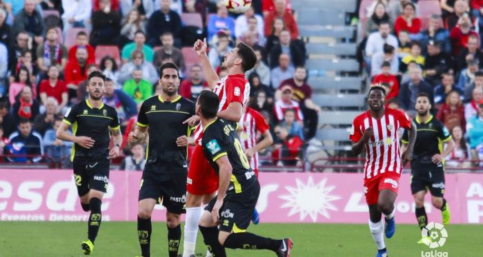 Jugadores de Granada y Almería disputando un balón. Foto: LaLiga