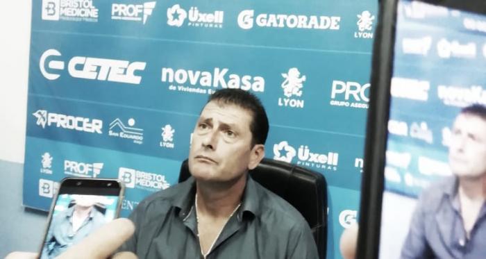 El DT Gasolero, en plena conferencia de prensa. Foto: VAVEL.