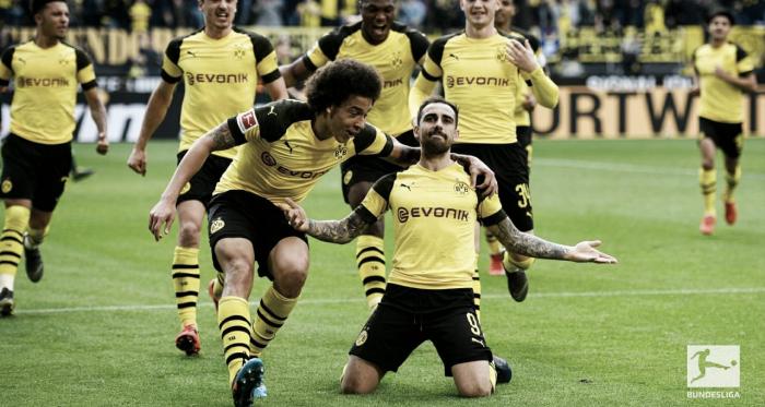 Paco Alcácer comemorando seu primeiro gol no jogo (Foto: Bundesliga)