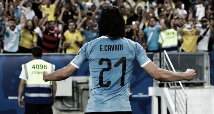Edinson Cavani festeja con su gente el gol que le da la clasificación a la siguiente fase. || Foto: Twitter oficial Uruguay