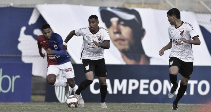 Athletico-PR resiste à pressão e vence clássico contra Paraná na Vila Capanema