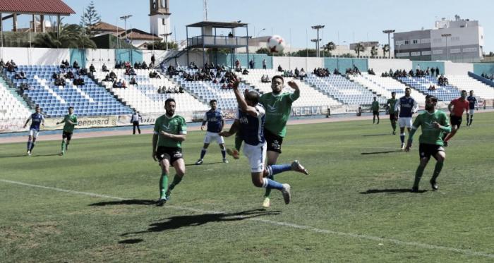 Yacine intentando rematar un balón (Foto: UD Melilla)