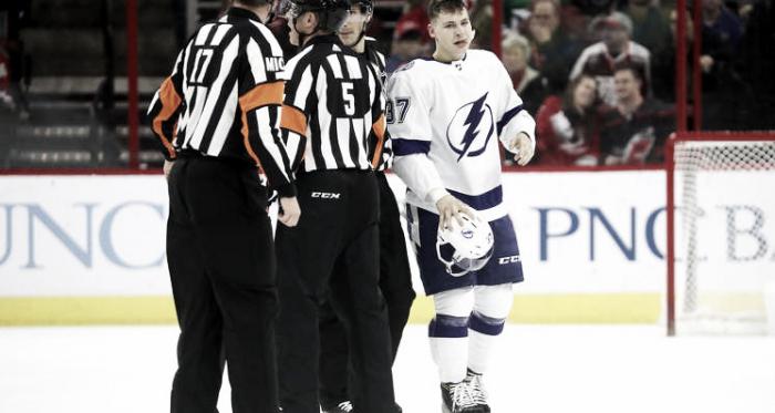 Yanni Gourde enviado al vestuario tras su acción por los árbitros | Foto: Gregg Forwerck/Getty Images