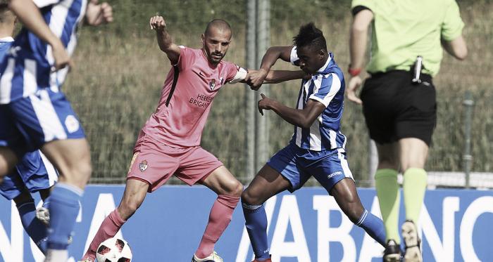 Yuri pugna por mantener el balón con un defensor del Fabril   Foto: InfoBierzo.