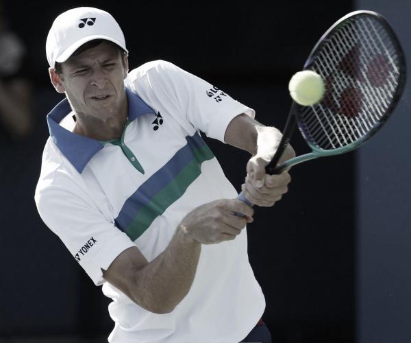 Hurkacz vence Pouille com tranquilidade e avança para enfrentar Andy Murray em Metz