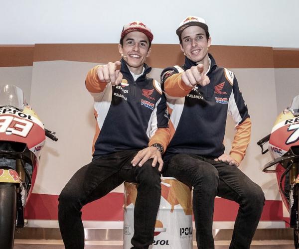 Álex y Marc Márquez presentan el casco solidario que lucirán en Jerez