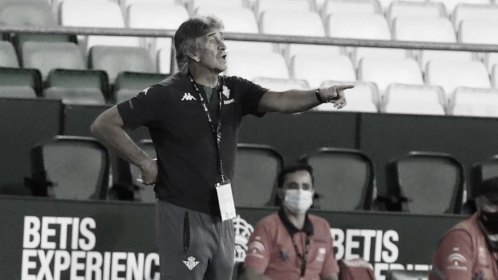 El técnico verdiblanco da órdenes a sus jugadores. Fuente: @Ing_Pellegrini