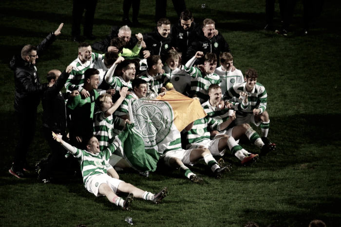 Celtic u-17 celebrate winning Glasgow Cup | @CelticFC
