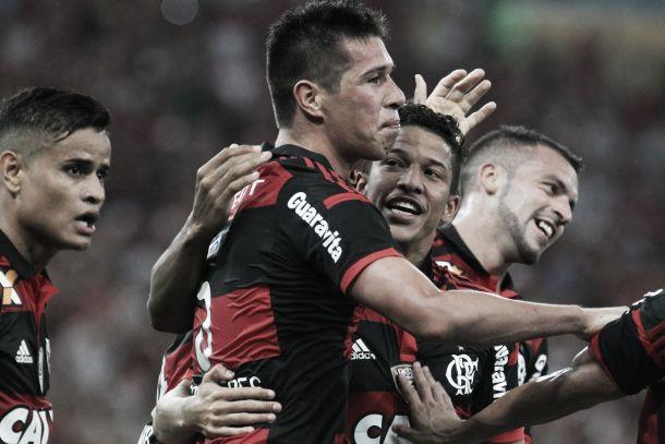 Autores dos gols da vitória rubro-negra, Cáceres e Chicão dividem os méritos com o grupo