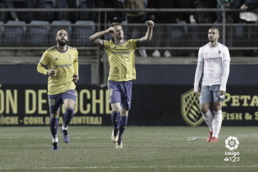 El Cádiz logra un valioso punto después de tirar a la basura el primer tiempo ante el Zaragoza
