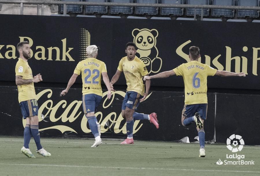 El 'Choco' Lozano mantiene al Cádiz en ascenso ante un flojo Oviedo (2-0)
