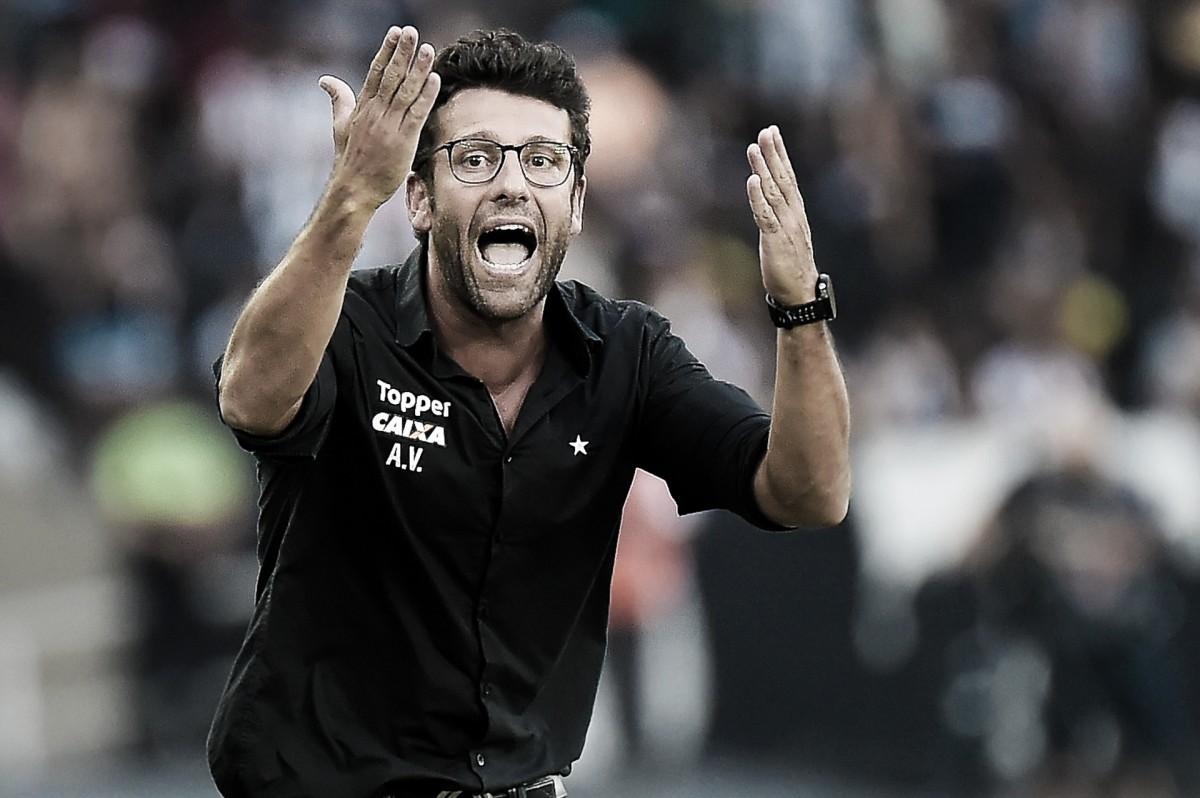 Incomodado, Alberto Valentim critica arbitragem em derrota do Botafogo