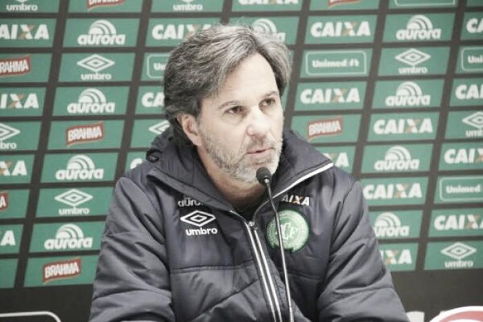 Após comemorar vaga na Sul-Americana, Caio Júnior tem dúvida no ataque diante do Vitória