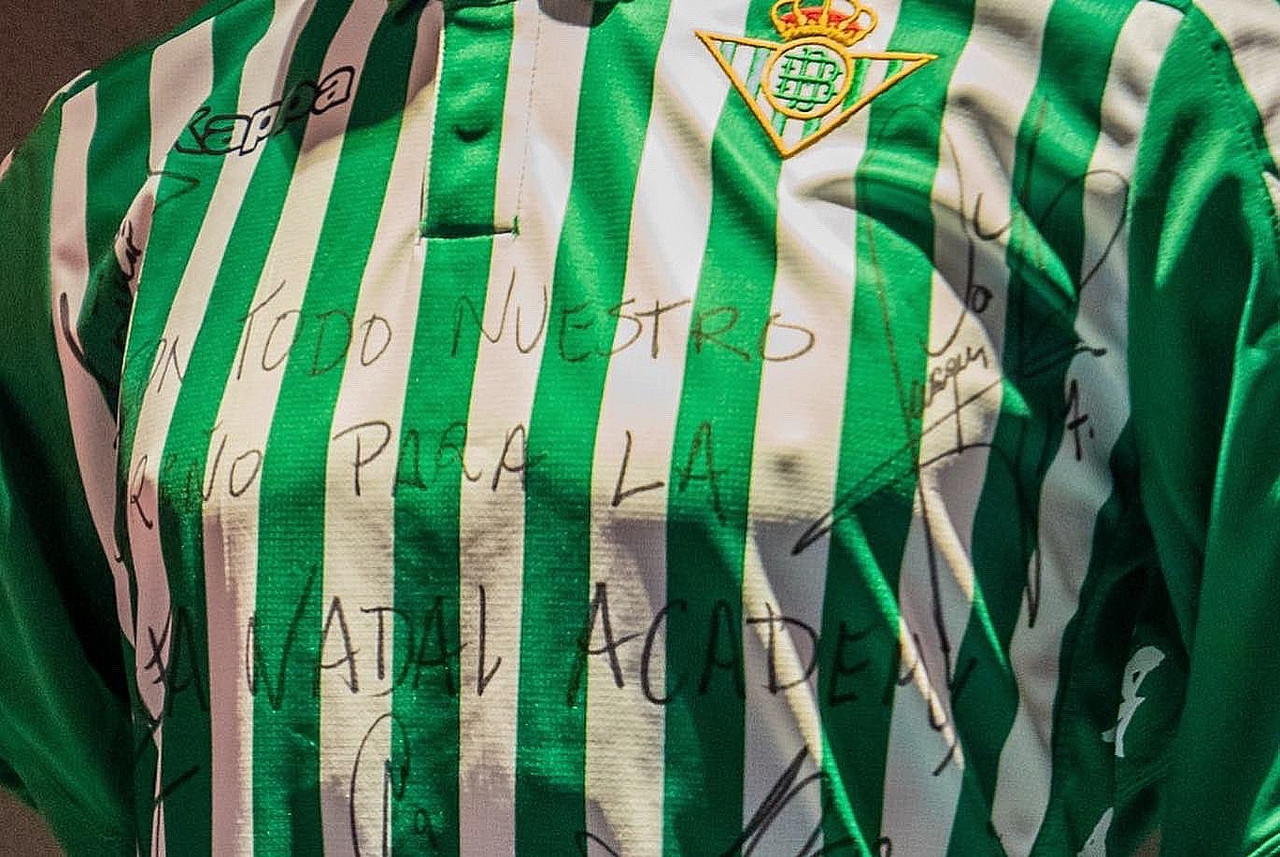 El Betis regala una camiseta al Museo Rafa Nadal