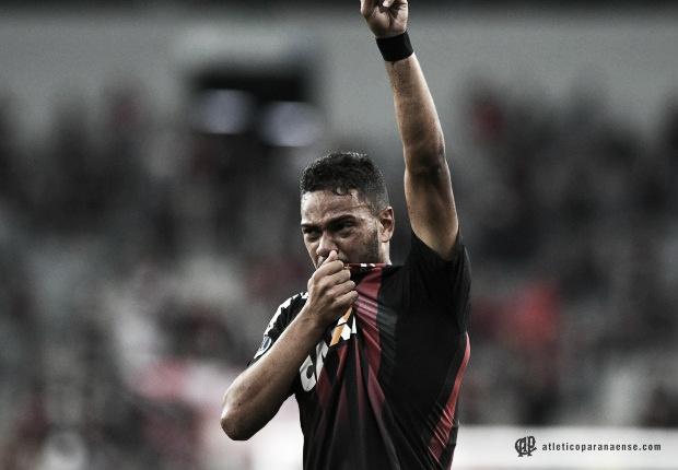 Atlético-PR derrota Fluminense e larga com vantagem por vaga na final da Sul-Americana