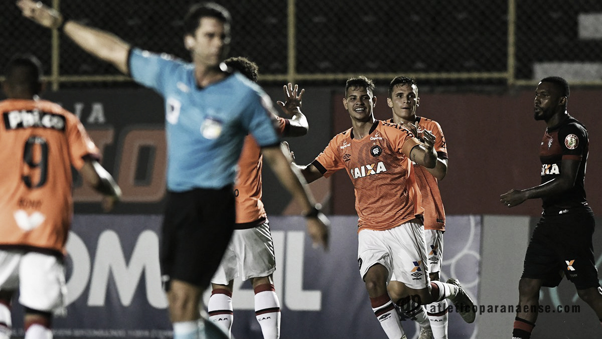 Atlético-PR bate Vitória, conquista primeiro triunfo como visitante e entra provisoriamente no G-6