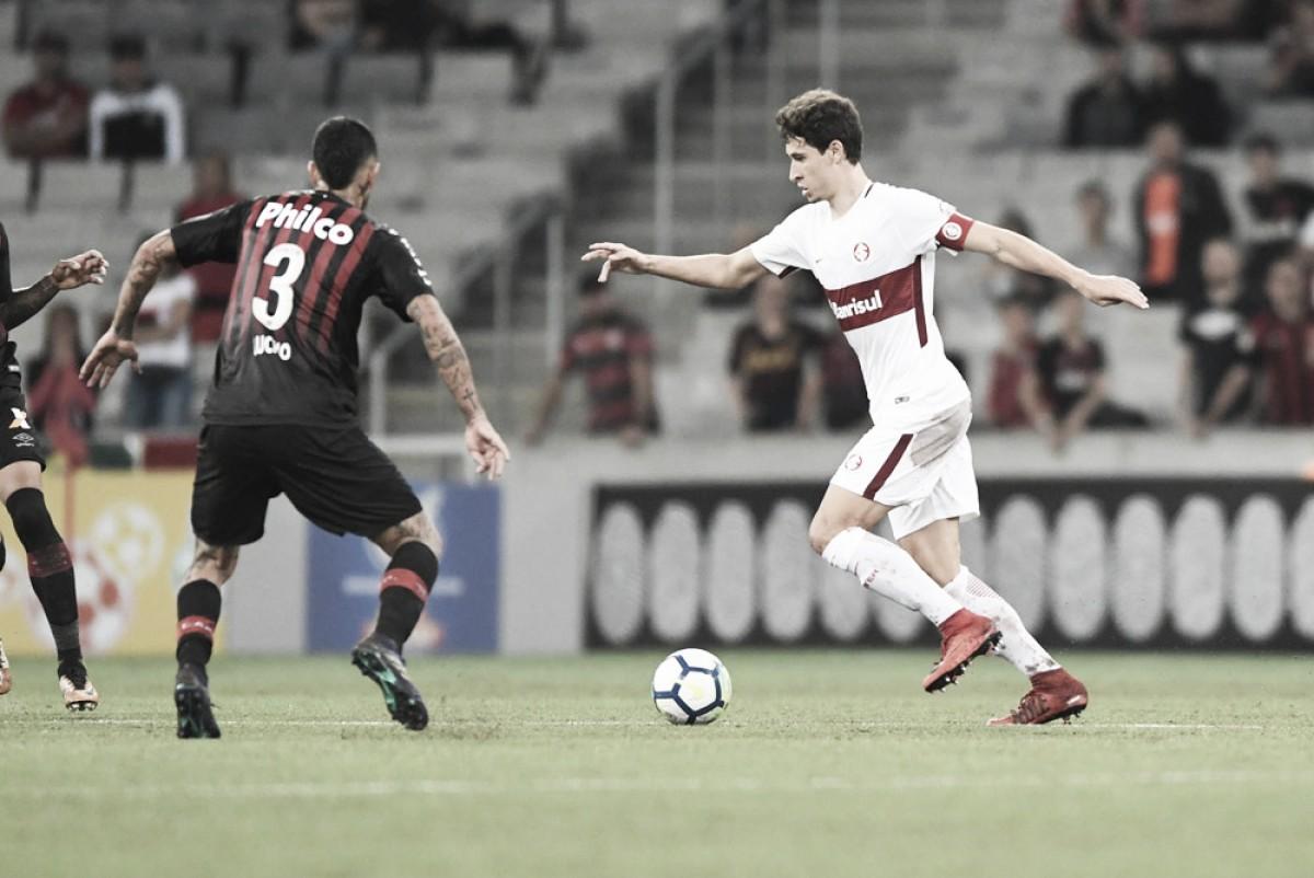 Atlético-PR chega a virar, mas cede empate ao Internacional e permanece no Z-4