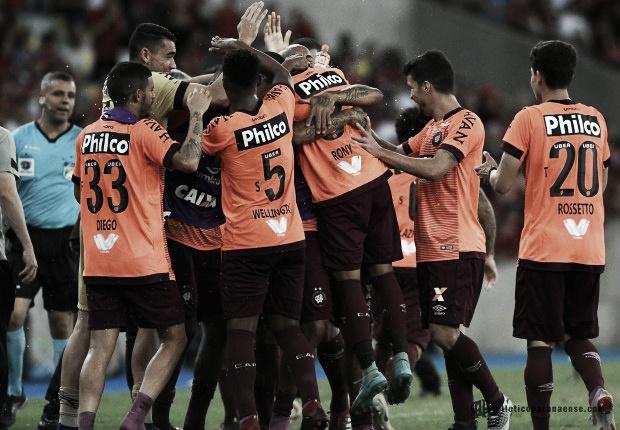 Com golaços e expulsões, Atlético-PR vence Flamengo no Maracanã, mas fica fora do G-6