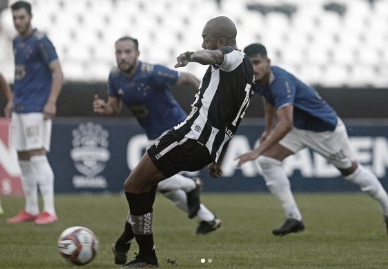 Em jogo de três pênaltis, Botafogo empata no final contra Cruzeiro e permanece longe do G-4