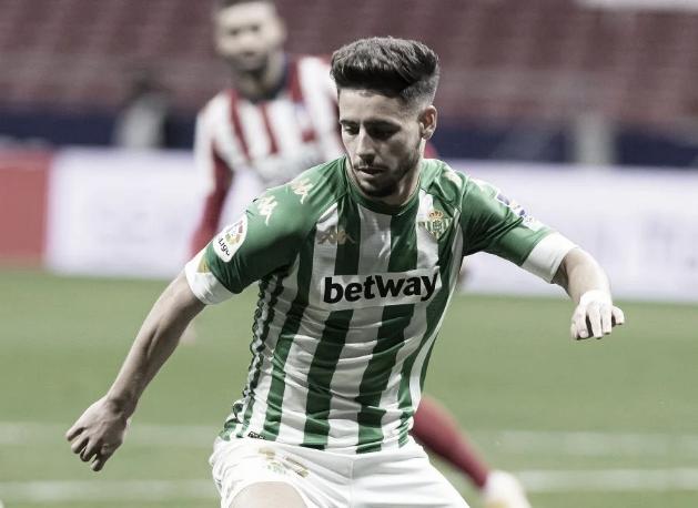 Álex Moreno con el balón en el Wanda | Foto: La Liga