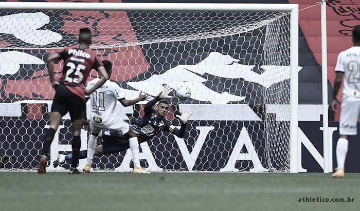 Atlético-MG perde pênalti, mas bate Athletico em jogo equilibrado