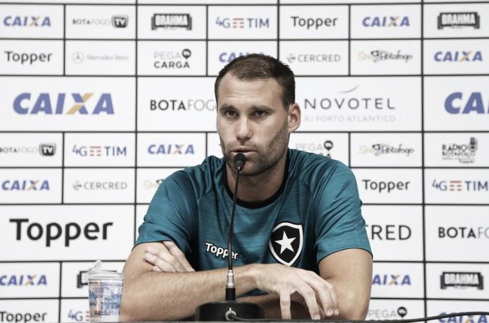 Carli mostra motivação para temporada e promete ajudar jovens no Botafogo