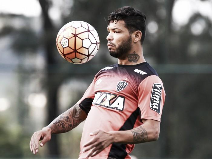 Exame não aponta lesão, mas atacante Carlos é vetado e não enfrenta São Paulo