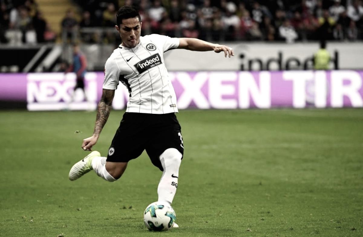 Eintracht Frankfurt renueva a Carlos Salcedo
