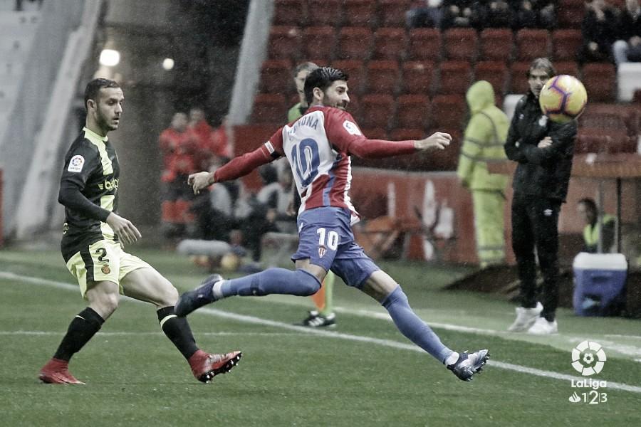 Carlos Carmona en el partido contra el Mallorca en Gijón. Fuente: LaLiga