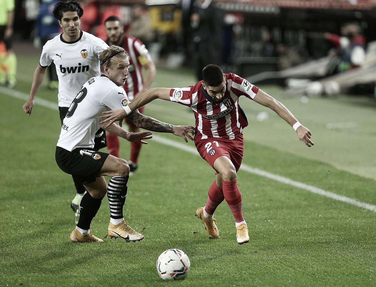 Carrasco y Wass diputando un balón | Foto: @Atleti