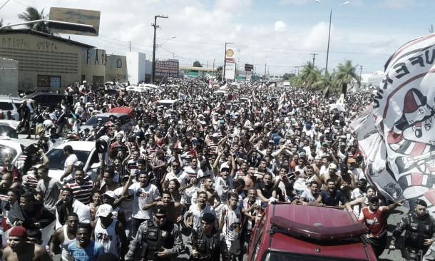 Festa do acesso do Santa Cruz reúne milhares de pessoas pelas ruas de Recife