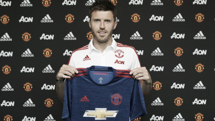Michael Carrick extends contract at Manchester United